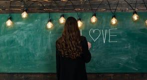 Ζωή σπουδαστών Πορτρέτο του εφήβου κοριτσιών στο σχολείο o Νέο χαριτωμένο έφηβη στην τάξη στον πίνακα στοκ φωτογραφία με δικαίωμα ελεύθερης χρήσης