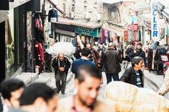 Ζωή στους δρόμους στη Ιστανμπούλ με deliveryman στοκ φωτογραφίες
