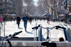 Ζωή στους δρόμους της Βαρκελώνης Ramblas το φθινόπωρο στοκ εικόνα