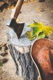ζωή φθινοπώρου ακόμα Καπέλο κολοβωμάτων τσεκουριών φύλλων Στοκ εικόνα με δικαίωμα ελεύθερης χρήσης