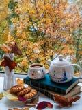 Ζωή φθινοπώρου ακόμα κοντά στο ανοικτό παράθυρο Στοκ Εικόνες