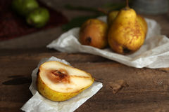 Ζωή φθινοπώρου ακόμα με τα ώριμα homegrown αχλάδια από τον αγροτικό κήπο στοκ εικόνα με δικαίωμα ελεύθερης χρήσης