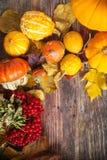 Ζωή φθινοπώρου ακόμα με τις κολοκύθες και τα φύλλα στο παλαιό ξύλινο backgro Στοκ Φωτογραφία