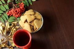 ζωή φθινοπώρου ακόμα Μπισκότο καρδιών μαύρο τσάι φθινοπωρινή μελαγχολία φύλλων ημέρας κίτρινη απομονωμένο λευκό σορβιών ανασκόπησ Στοκ Εικόνες