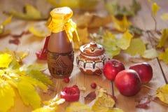 Ζωή φθινοπώρου ακόμα, Apple σωζόμενη, πτώση φύλλων φθινοπώρου, ένα βαρέλι του μελιού Στοκ Εικόνες