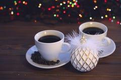 Ζωή Χριστουγέννων ακόμα με δύο φλυτζάνια καφέ με τα πιατάκια Στοκ Φωτογραφία