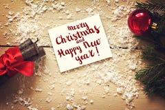 Ζωή Χριστουγέννων ακόμα με μια κάρτα για τα συγχαρητήρια, νέου έτους στοκ φωτογραφία με δικαίωμα ελεύθερης χρήσης
