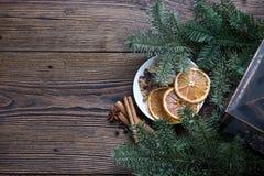 Ζωή Χριστουγέννων ακόμα με το παραδοσιακό έλατο στην ξύλινη, τοπ άποψη Στοκ Εικόνα