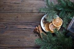 Ζωή Χριστουγέννων ακόμα με το παραδοσιακό έλατο στην ξύλινη, τοπ άποψη Στοκ Εικόνες