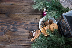Ζωή Χριστουγέννων ακόμα με το παραδοσιακό έλατο στην ξύλινη, τοπ άποψη Στοκ φωτογραφία με δικαίωμα ελεύθερης χρήσης