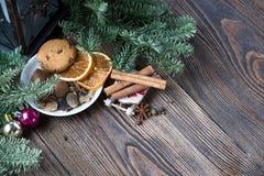 Ζωή Χριστουγέννων ακόμα με το παραδοσιακό έλατο στο ξύλο Στοκ φωτογραφίες με δικαίωμα ελεύθερης χρήσης