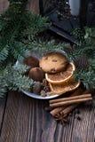 Ζωή Χριστουγέννων ακόμα με το παραδοσιακό έλατο στο ξύλο Στοκ Φωτογραφίες