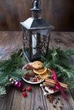 Ζωή Χριστουγέννων ακόμα με το παραδοσιακό έλατο στο ξύλο Στοκ Εικόνες