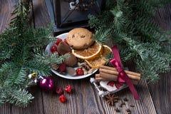 Ζωή Χριστουγέννων ακόμα με το παραδοσιακό έλατο στο ξύλο Στοκ εικόνες με δικαίωμα ελεύθερης χρήσης