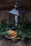 Ζωή Χριστουγέννων ακόμα με το παραδοσιακό έλατο στο ξύλο Στοκ Εικόνα