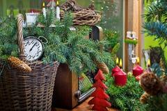 Ζωή Χριστουγέννων ακόμα με το στεφάνι και το ραδιόφωνο εμφάνισης στοκ φωτογραφία με δικαίωμα ελεύθερης χρήσης