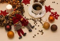 Ζωή Χριστουγέννων ακόμα, τοπ άποψη Ένα στεφάνι Χριστουγέννων, ένα κερί, CH Στοκ φωτογραφίες με δικαίωμα ελεύθερης χρήσης