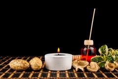 Ζωή SPA ακόμα με τα αρωματικά κεριά πέρα από το μαύρο υπόβαθρο Στοκ Εικόνες