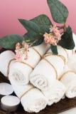 Ζωή SPA ακόμα με τα αρωματικές κεριά, το λουλούδι και την πετσέτα - Εικόνα στοκ φωτογραφία με δικαίωμα ελεύθερης χρήσης