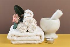 Ζωή SPA ακόμα με τα αρωματικές κεριά, το λουλούδι και την πετσέτα - Εικόνα στοκ φωτογραφίες