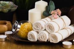 Ζωή SPA ακόμα με τα αρωματικές κεριά, το λουλούδι και την πετσέτα - Εικόνα στοκ φωτογραφία