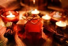 Ζωή SPA ακόμα με το σαπούνι, άλας λουτρών, κρέμα, πετσέτα, κεριά Στοκ Φωτογραφίες