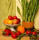 Ζωή Stell με το λουλούδι και τα φρούτα Στοκ Φωτογραφίες
