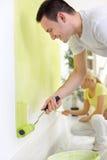 Ζωγράφοι ζεύγους στο σπίτι Στοκ Φωτογραφίες