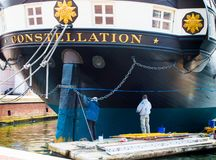 2 ζωγράφοι που χρωματίζουν τον αστερισμό USS στο εσωτερικό λιμάνι της Βαλτιμόρης ` s Στοκ εικόνα με δικαίωμα ελεύθερης χρήσης