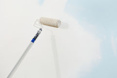 Ζωγράφος βουρτσών κυλίνδρων που απομονώνεται στον άσπρο τοίχο, έννοια ζωγραφικής Στοκ εικόνα με δικαίωμα ελεύθερης χρήσης