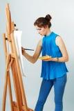 Ζωγράφος γυναικών με easel Στοκ φωτογραφία με δικαίωμα ελεύθερης χρήσης