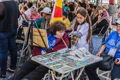 Ζωγράφος και περίεργο παιδί στην τέχνη εβδομάδας συνειδητοποίησης ανικανότητας και λαϊκό γεγονός χορού - Τουρκία Στοκ Φωτογραφίες