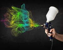 Ζωγράφος που εργάζεται με το airbrush και το ζωηρόχρωμο χρώμα χρωμάτων Στοκ Εικόνα