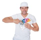 Ζωγράφος που κρατά έναν κύλινδρο και ένα φάσμα χρωμάτων Στοκ Φωτογραφίες