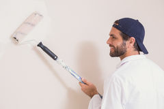 Ζωγράφος που χρωματίζει το λευκό τοίχων Στοκ φωτογραφία με δικαίωμα ελεύθερης χρήσης