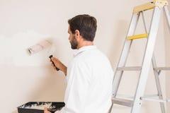 Ζωγράφος που χρωματίζει το λευκό τοίχων Στοκ φωτογραφίες με δικαίωμα ελεύθερης χρήσης