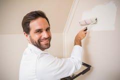 Ζωγράφος που χρωματίζει το λευκό τοίχων Στοκ Εικόνα
