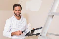 Ζωγράφος που χρωματίζει το λευκό τοίχων Στοκ Εικόνες