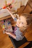 Ζωγραφική άσκησης κοριτσιών χαμόγελου στο σχολείο τέχνης Στοκ Φωτογραφίες