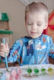 Ζωγραφική αγοριών μικρών παιδιών Στοκ εικόνες με δικαίωμα ελεύθερης χρήσης