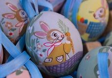 ζωγραφική λαγουδάκι αυγών Πάσχας Στοκ εικόνα με δικαίωμα ελεύθερης χρήσης