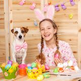 ζωγραφική αυγών Πάσχας παιδιών Στοκ Φωτογραφία