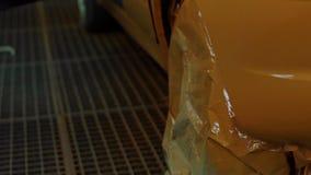 Ζωγραφική αυτοκινήτων σε ένα άλλο χρώμα στο εργαστήριο απόθεμα βίντεο
