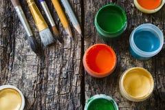 Ζωγραφική βουρτσών, σμιλευμένα μολύβια, χρώμα γκουας παλαιό σε έναν ξύλινο Στοκ φωτογραφίες με δικαίωμα ελεύθερης χρήσης