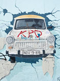 Ζωγραφική ενός Trabant αυτοκινήτου στο τείχος του Βερολίνου, Βερολίνο, Γερμανία Στοκ φωτογραφία με δικαίωμα ελεύθερης χρήσης