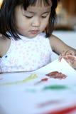 ζωγραφική εργασίας παιδ&i Στοκ φωτογραφία με δικαίωμα ελεύθερης χρήσης