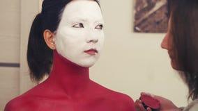 Ζωγραφική καλλιτεχνών Makeup στον πρότυπο λαιμό ` s απόθεμα βίντεο