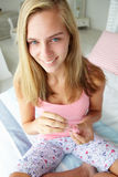 ζωγραφική καρφιών κοριτσ&io Στοκ φωτογραφίες με δικαίωμα ελεύθερης χρήσης