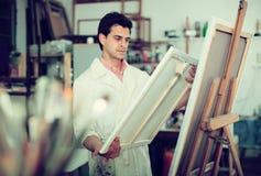 Ζωγραφική καλλιτεχνών στον καμβά στοκ φωτογραφία με δικαίωμα ελεύθερης χρήσης