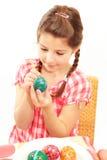 ζωγραφική κοριτσιών αυγώ&nu Στοκ Φωτογραφία